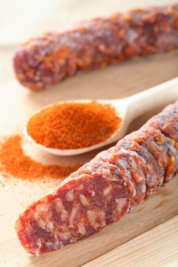 /poivron dans la cuillère et la saucisse images stock