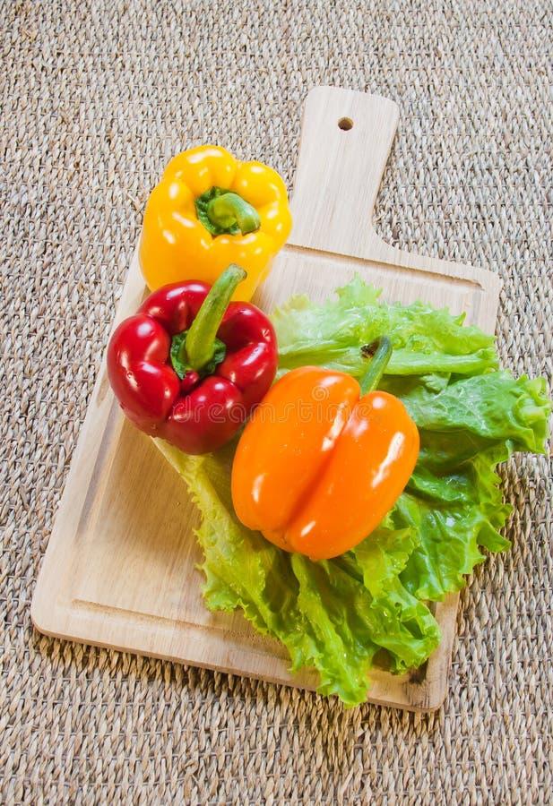 Poivron doux bulgare de couleur rouge et jaune images libres de droits