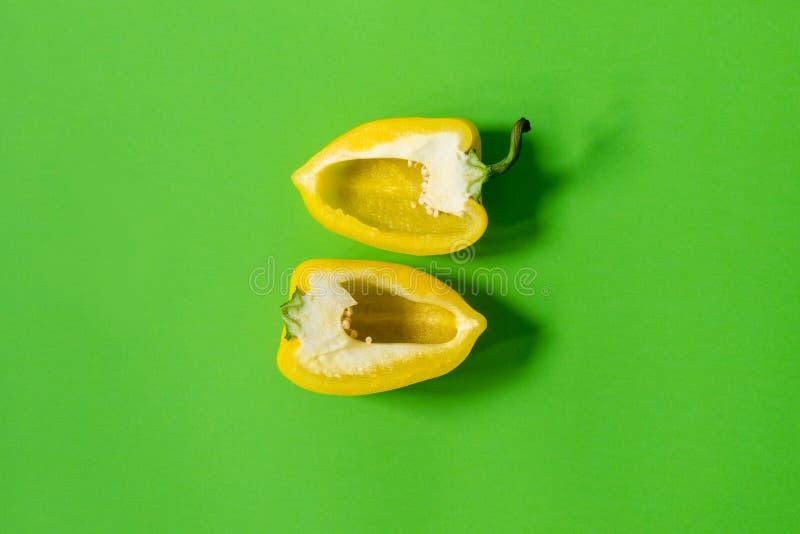 Poivron doux jaune sur un fond vert image libre de droits