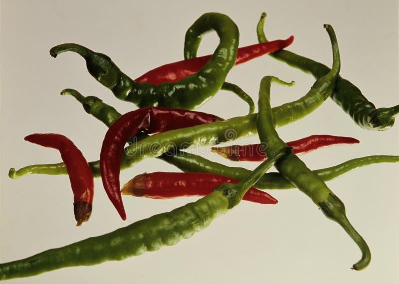 Poivron rouge chaud et poivron vert chaud des produits vendus dans les marchands de légumes images stock