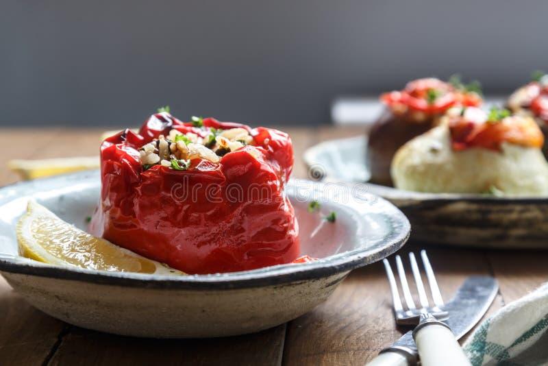 Poivron rouge cuit au four bourré du riz, des arachides et des pruneaux Grec traditionnel Gemista photographie stock libre de droits