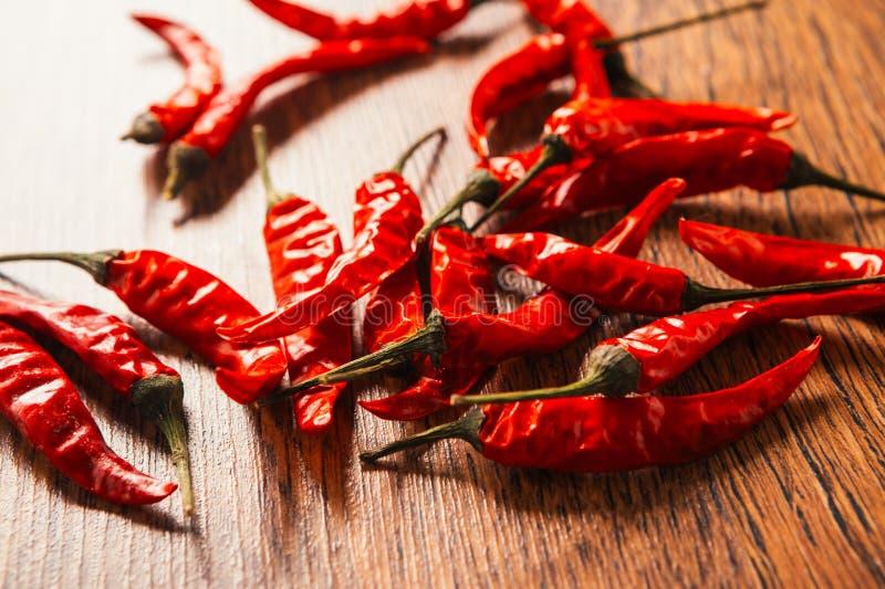 Download Poivron Vert Et Poivrons Rouges Sur La Table En Bois Photo stock - Image du heat, couleur: 76082722