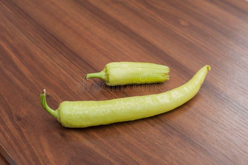 Poivron vert frais de Cayenne sur la table en bois photographie stock