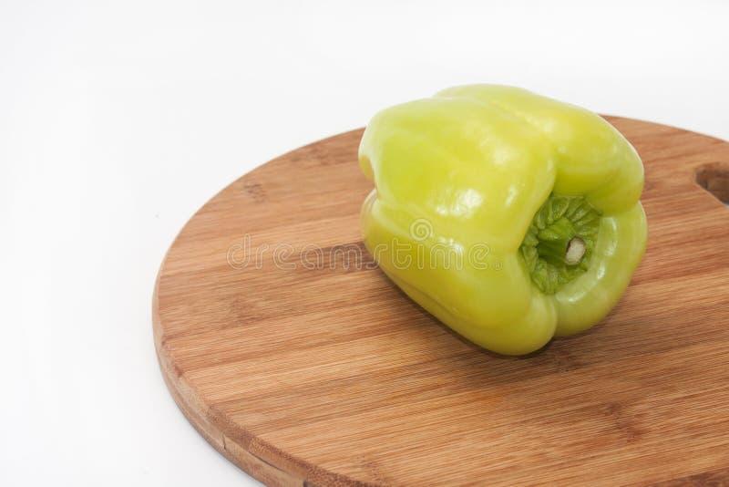 Poivron vert rond sur un panneau de cuisine image libre de droits
