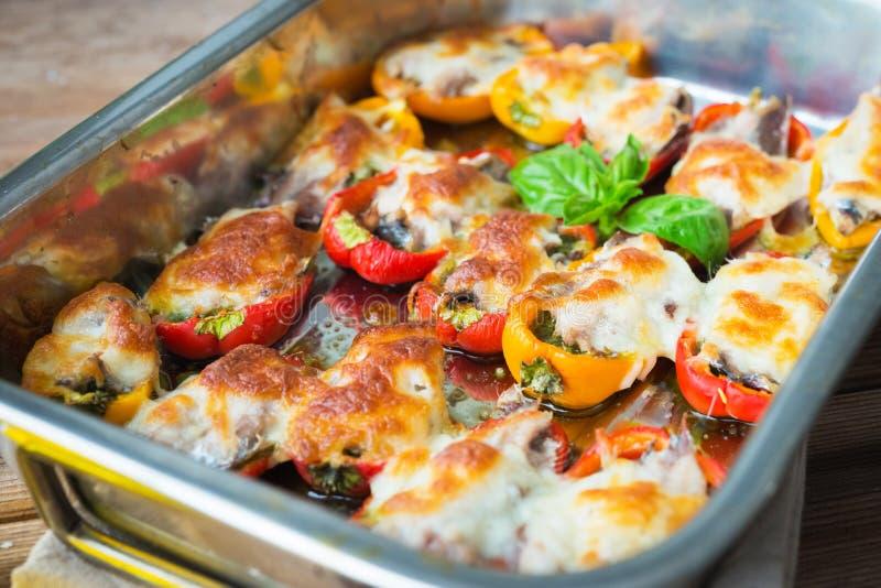 Poivrons bourrés avec les sardines et le mozzarella photo libre de droits