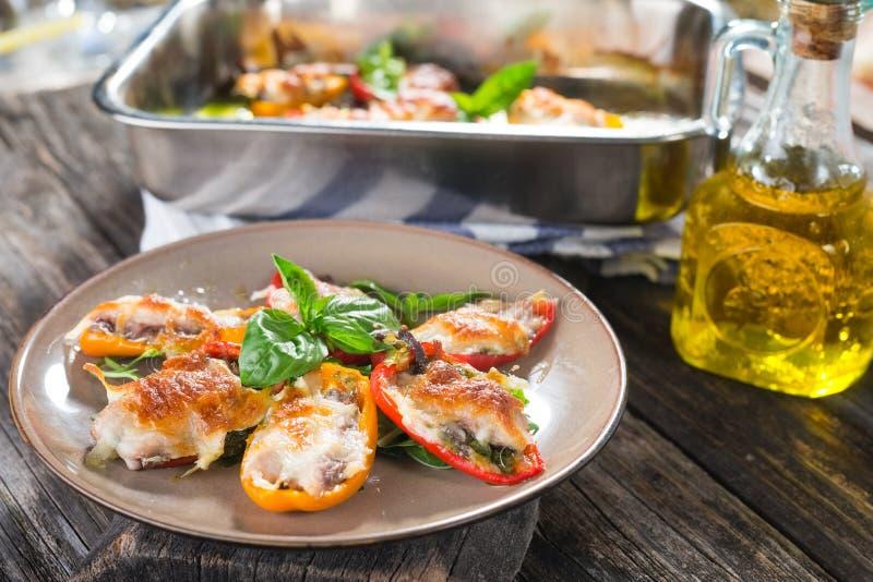Poivrons bourrés avec les sardines et le mozzarella images libres de droits