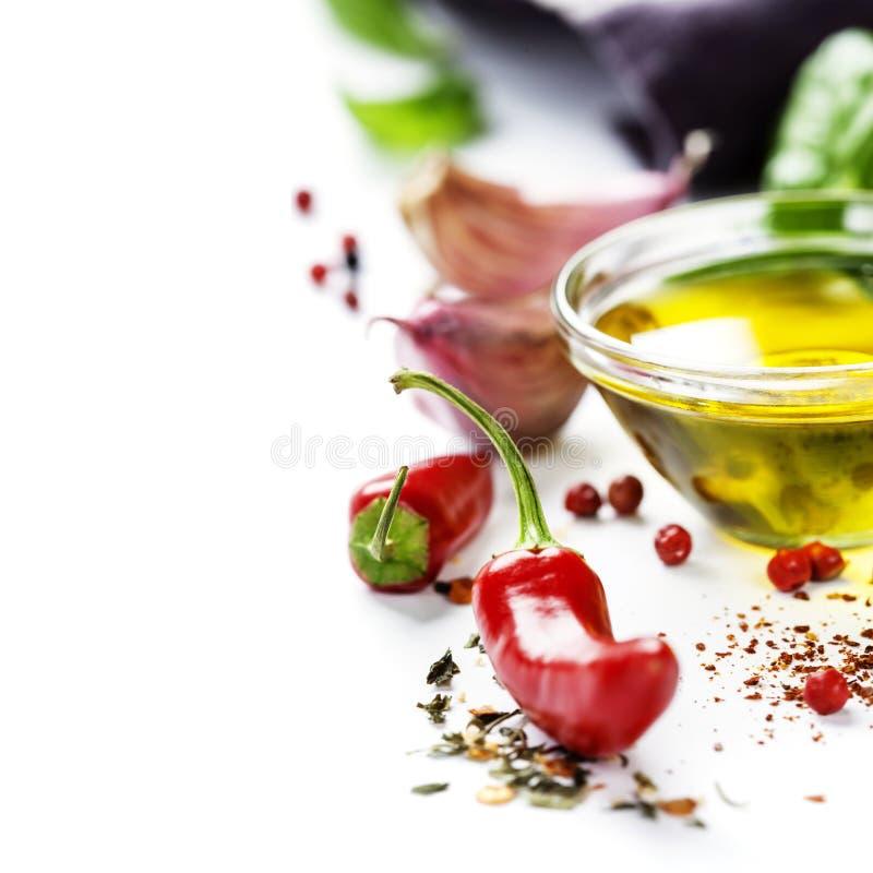 Poivrons de piment avec des herbes et des épices photo stock
