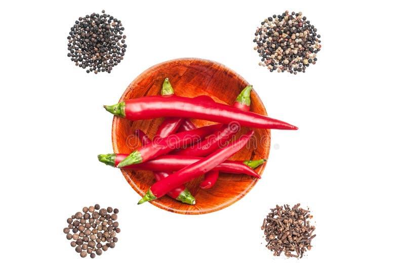 Poivrons de piment d'un rouge ardent et mélangé des grains de poivre sur le backgro blanc image stock