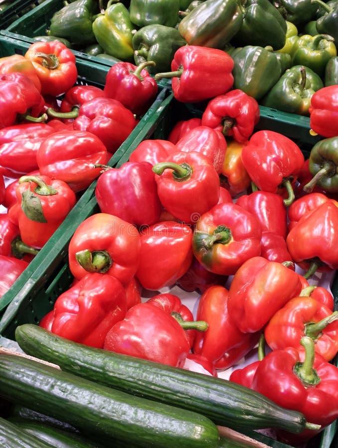 Poivrons doux rouges et verts avec des concombres en vrac photos stock