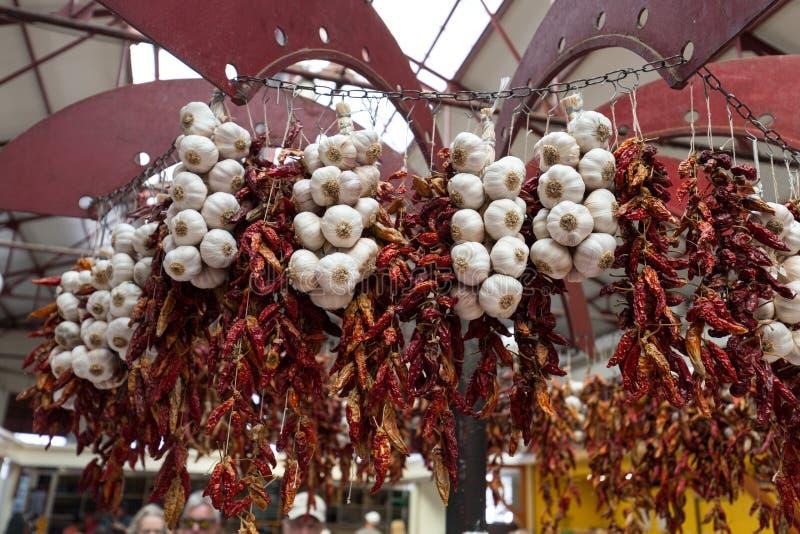 Poivrons et ail de piment sur la ficelle à Funchal sur la Madère photos stock