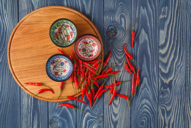 Poivrons et pepper& d'un rouge ardent frais x27 ; mélange de s sur le bois photographie stock