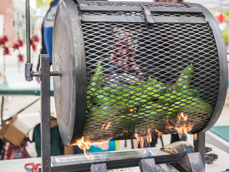 Poivrons rôtissant au marché d'agriculteurs de Corvallis photo libre de droits