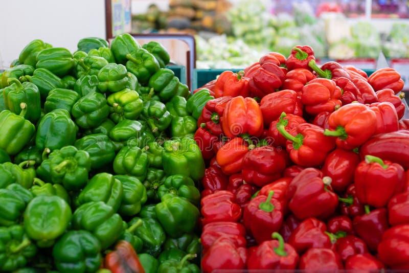 Poivrons rouges et verts Montré sur une stalle du marché photographie stock libre de droits
