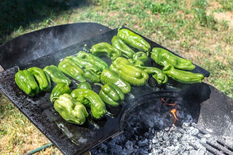 Poivrons verts grillant sur le barbecue Temps de barbecue dans la nature photographie stock