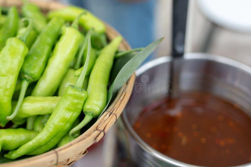 Poivrons verts, un ingrédient cru pour des sauces image libre de droits