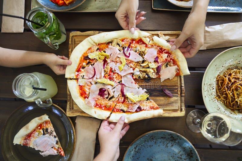 Pojęcie życzliwy rodzinny obiadowego przyjęcia przygotowanie Horyzontalny, gościu restauracji z pizzą, makaronie, biały wino i le obrazy stock