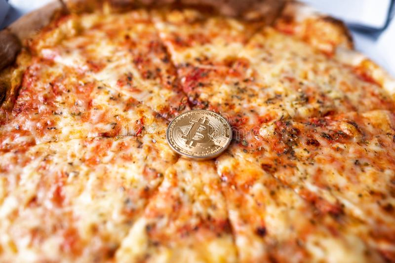 Pojęcie bitcoin pizzy dnia rocznica obraz stock