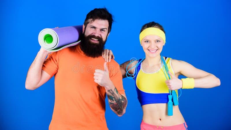 pojęcie zdrowego stylu życia Mężczyzna i kobieta ćwiczy z arkaną joga skoku i maty Sprawności fizycznych ćwiczenia Trening i spra obrazy royalty free