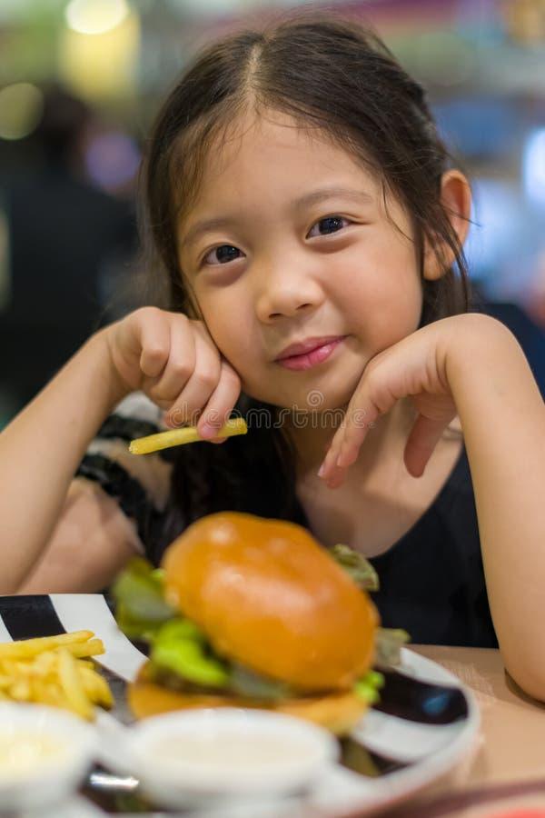 pojęcia łasowania hamburger odizolowywający dzieciaka niezdrowy biel obraz stock
