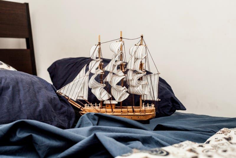 Pojęcia biznes i twórczość model żeglowanie statek żegluje w błękitnej pościeli obraz royalty free