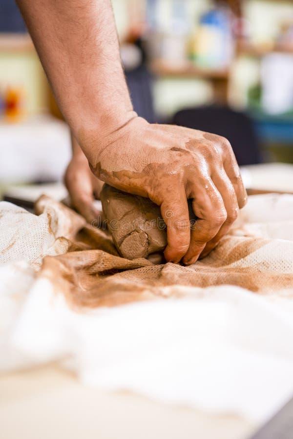 Pojęcia Ceramist w warsztacie Zbliżenie Pracować ręki M zdjęcie royalty free