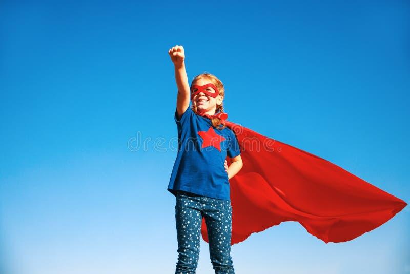 Pojęcia dziecka bohatera szczęśliwy bohater w czerwonej pelerynie w naturze obrazy stock