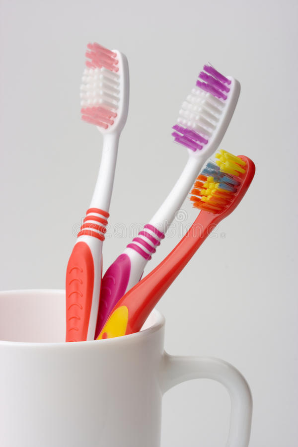 pojęcia filiżanki rodziny trzy toothbrushes zdjęcie stock