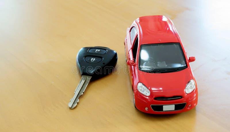 pojęcia kupna kluczyki na czynsz zabawki white Czynszowy lub zakup samochód zdjęcia stock