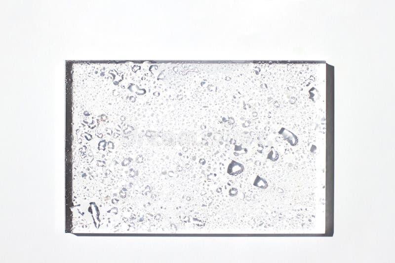 Pojęcia lata biała rama, szklana granica z wodnymi kroplami obrazy stock