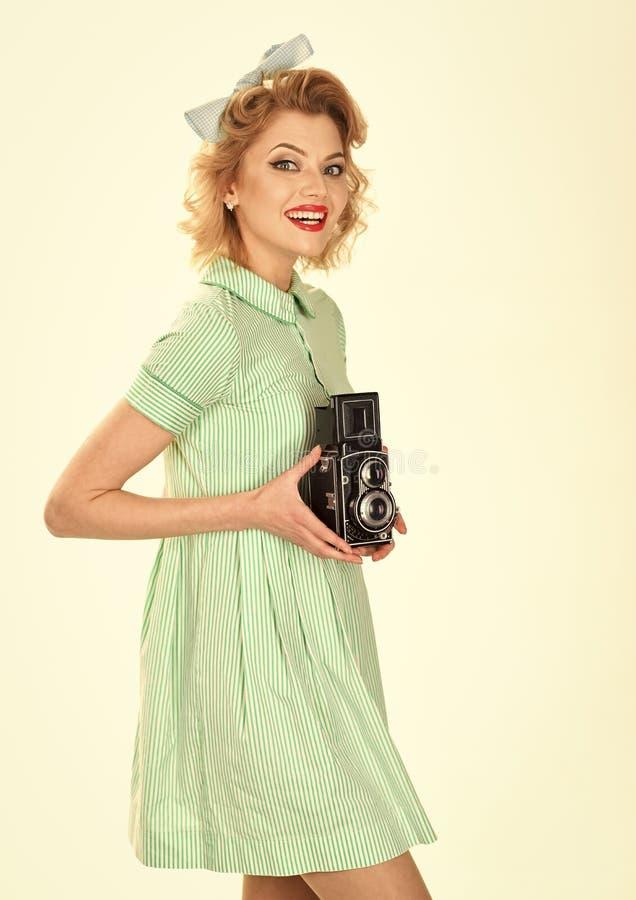 pojęcia odosobniony fotografii biel Kobieta z retro włosy, makeup i starą kamerą, zdjęcie royalty free
