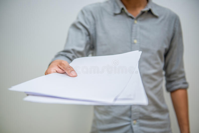pojęcia prowadzenia domu posiadanie klucza złoty sięgający niebo Biznesmen trzyma białego prześcieradło papier obraz stock
