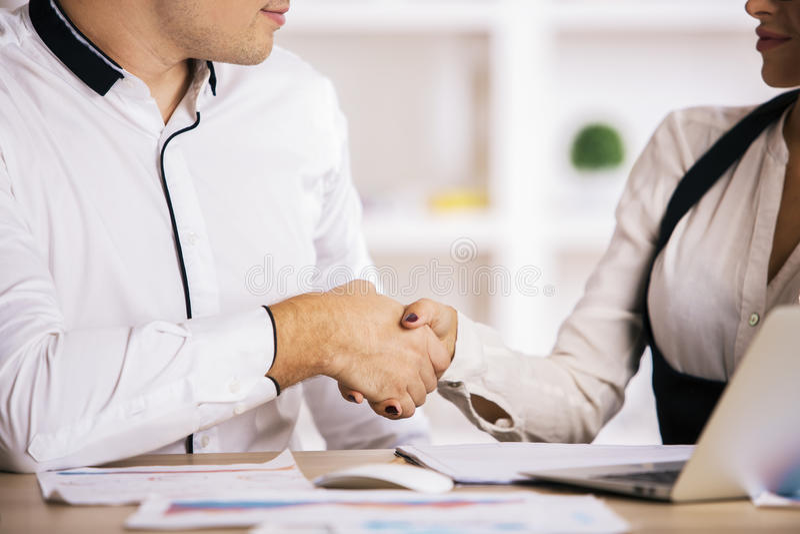 pojęcia różna ręk partnerstwa kawałków łamigłówka dwa zdjęcie stock
