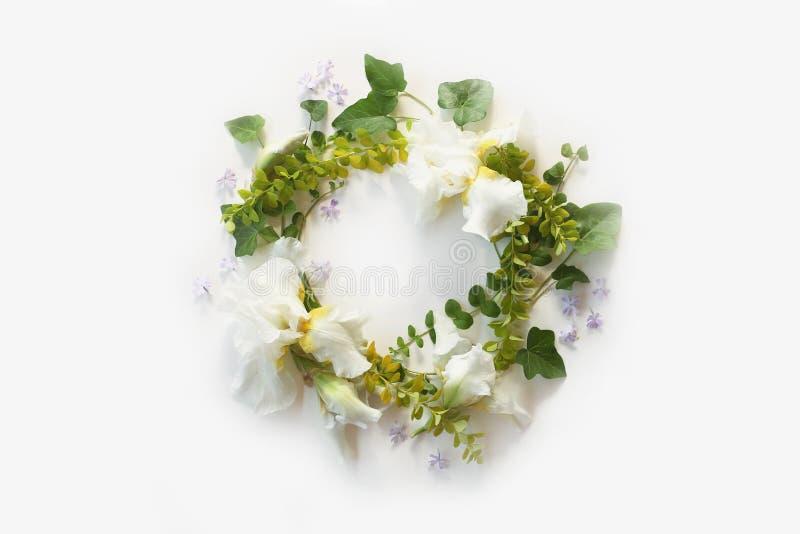 pojęcia sukni panny młodej portret schodów poślubić Kwiecista rama z Irysowymi białymi kwiatami, pączki zdjęcia stock