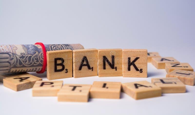 Pojęcie bank na odosobnionym tle z walut notatkami obrazy royalty free