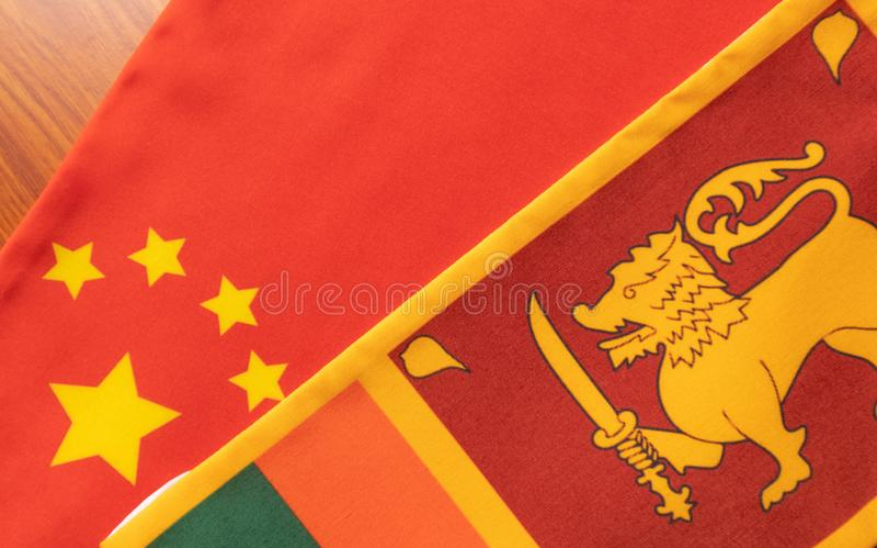 Pojęcie Bilateralny związek między dwa krajami pokazuje z dwa flagami: Chiny i Sri Lanka zdjęcia royalty free