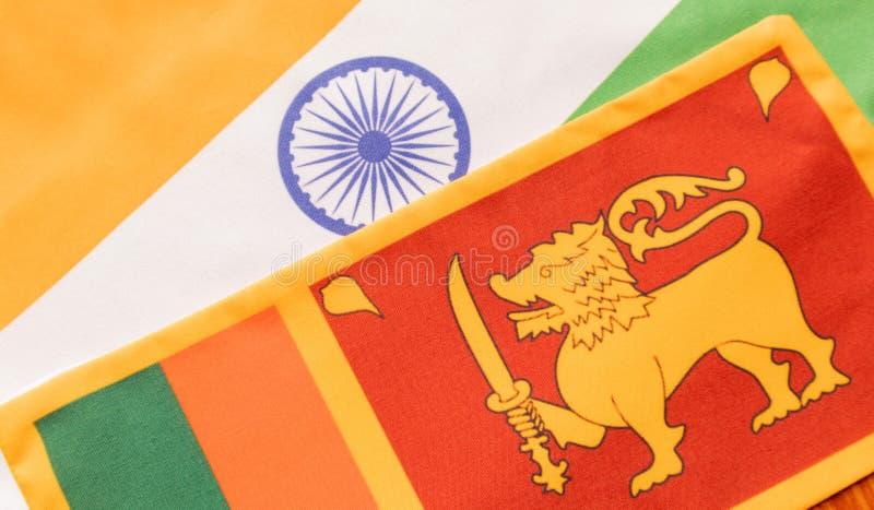 Pojęcie Bilateralny związek między dwa krajami pokazuje z dwa flagami: India i Sri Lanka obrazy royalty free