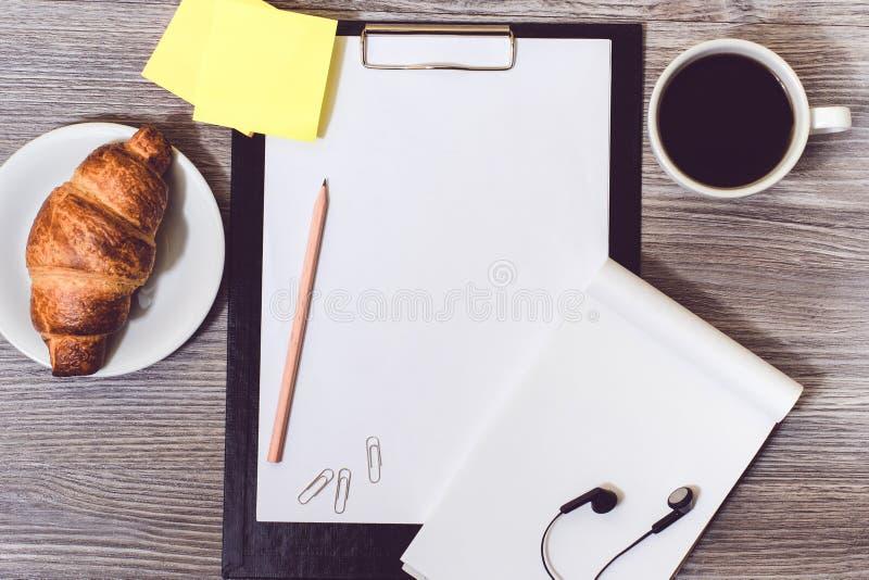 Pojęcie biuro accessorise lying on the beach na drewnianym desktop: schowek obraz stock