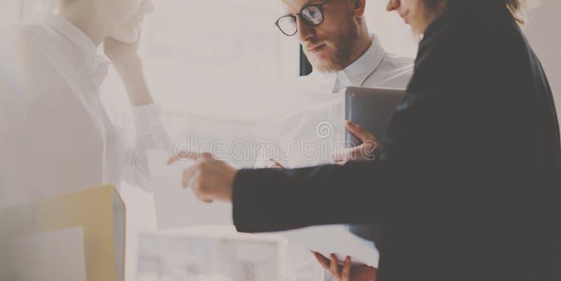 Pojęcie biznes drużyna przy pracować proces Młoda profesjonalista praca z nowego rynku rozpoczęciem Kierowników projektu spotykać obrazy stock