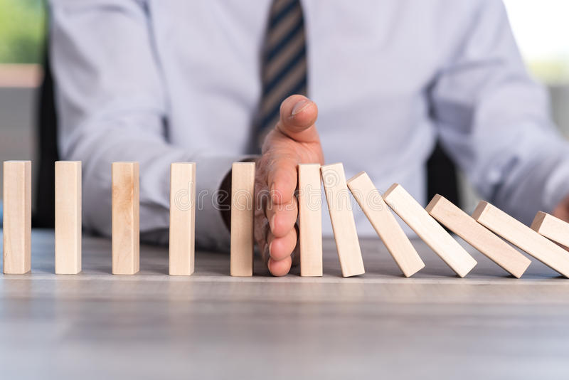 Pojęcie biznes kontrola zatrzymywać domino skutek zdjęcia stock