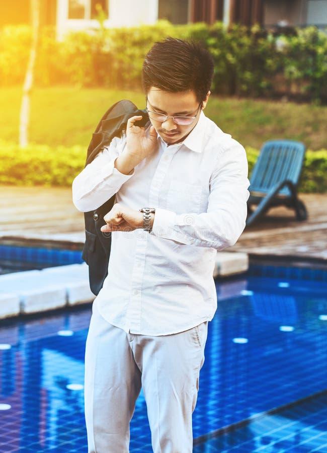 Pojęcie biznes - Przystojny azjatykci Biznesowy mężczyzna przygotowywający iść dla w zdjęcie stock