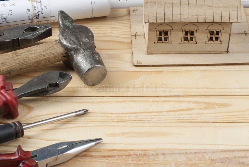 pojęcie budowa dotyka złota domów klucze Wzorcowi domu, rysunku i pracy narzędzia na drewnianym tle, Odbitkowa przestrzeń dla tek fotografia royalty free