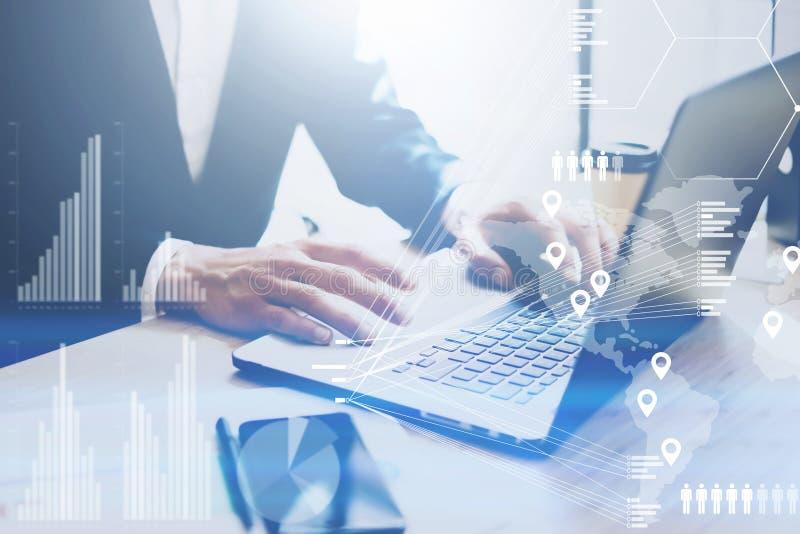 Pojęcie cyfrowy diagram, wykresów interfejsy, wirtualny ekran, związek ikona Biznesmen pracuje przy biurem na laptopie przy ilustracja wektor