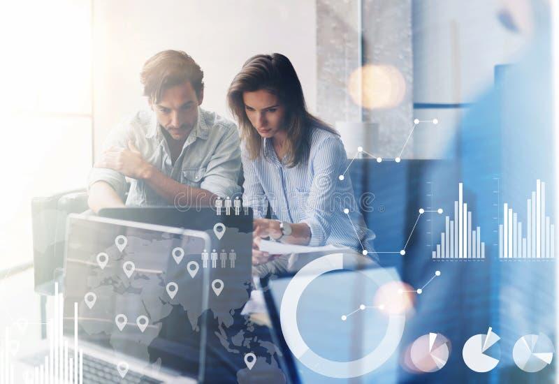 Pojęcie cyfrowy diagram, wykresów interfejsy, wirtualny ekran, związek ikona Dwa młodego coworkers pracuje na komputerze przy fotografia stock