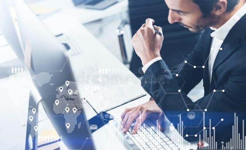 Pojęcie cyfrowy ekran, wirtualnego związku ikona, diagram, wykresów interfejsy Biznesmen analizuje akcyjnych raporty zamazany obraz royalty free