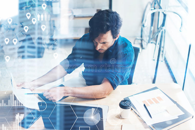 Pojęcie cyfrowy ekran, wirtualnego związku ikona, diagram, wykresów interfejsy Biznesmen pracuje przy biurowym miejscem na nowoży obrazy stock