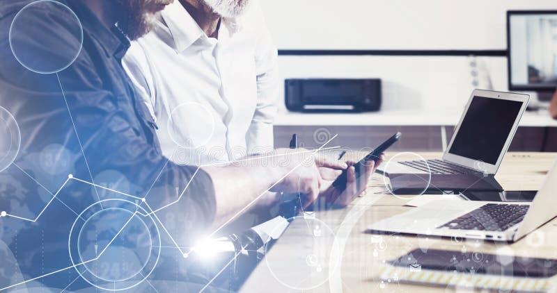 Pojęcie cyfrowy ekran, wirtualnego związku ikona, diagram, wykresów interfejsy Brodaty młodego człowieka mienia telefon komórkowy zdjęcia royalty free