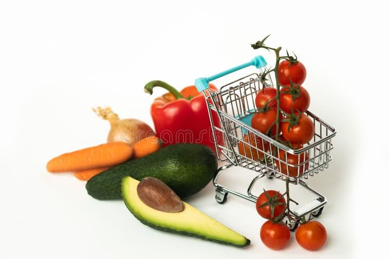 pojęcie diety Świezi czereśniowi pomidory w różnych warzywach i wózku na zakupy Zdrowy jedzenie i właściwy odżywianie Warzywa co obraz royalty free