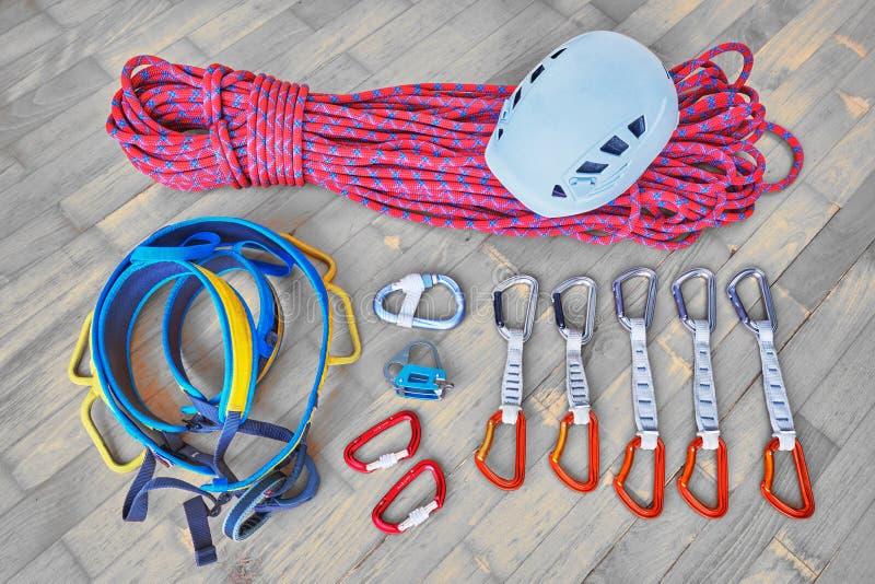 Pojęcie dla pakować sporta pięcia przekładnię dla wycieczki Hełm, arkana, nicielnica, belay przyrząd, carabiners, quickdraws na d obraz royalty free