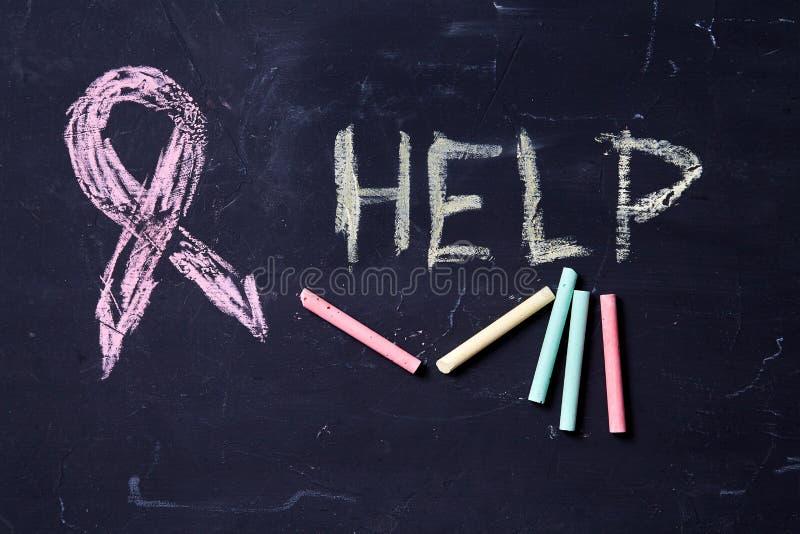 Pojęcie dla strachu, przemoc domowa, rodzina i wykorzystywanie dziecka, Symbol purpurowy faborek i słowo pomagamy zdjęcia stock