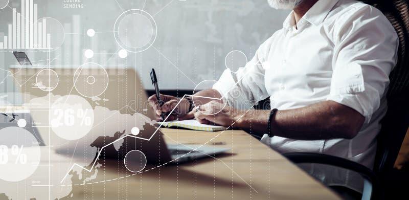 Pojęcie dorosły brodaty biznesmena szukać wielcy biznesowi rozwiązania w nowożytnym miejscu pracy Parawanowa globalna wirtualna i zdjęcie stock